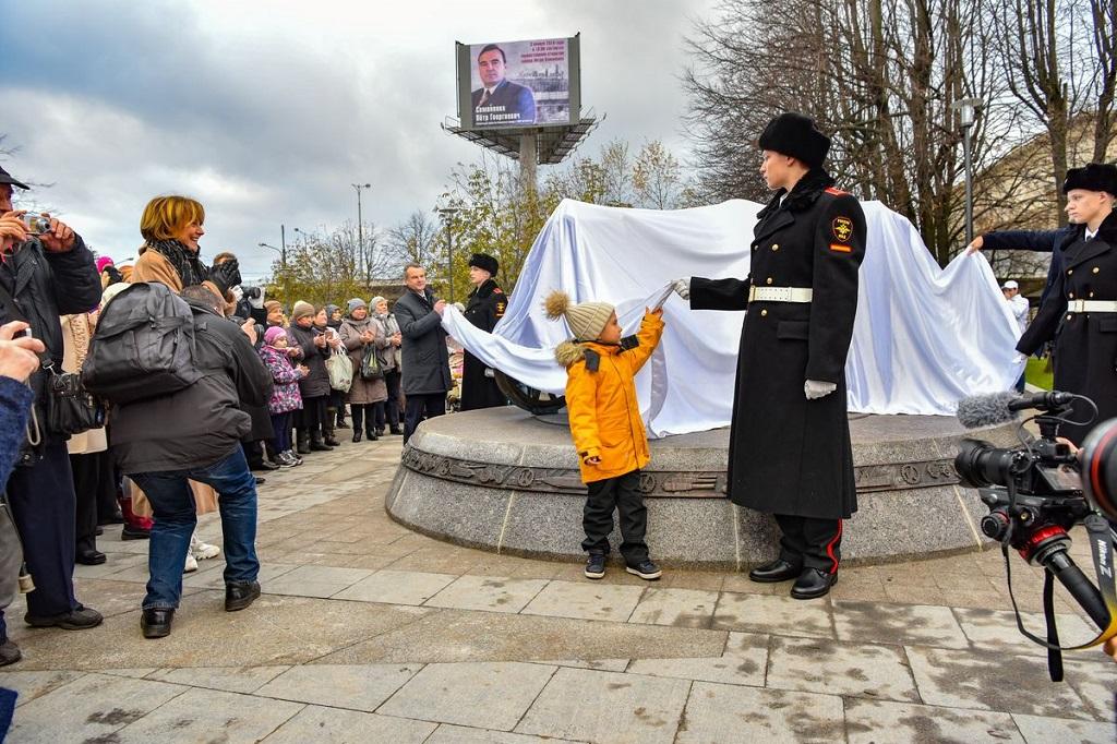 В центре: внук Петра Семененко – Александр – принял участие в торжественном открытии монумента «Фордзон-Путиловец»